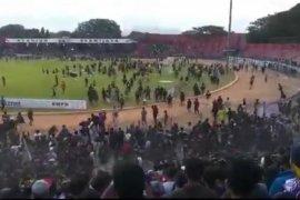 Pertandingan Persik vs PSIM diwarnai bentrok suporter