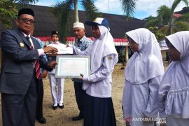 Guru dan murid berprestasi di Aceh Jaya terima penghargaan