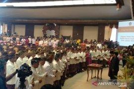 Pelantikan 55 anggota DPRD Bali mengenakan pakaian adat