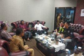 Bupati Bangka Tengah sambut kedatangan UAS di Bandara Depati Amir