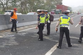 Petugas olah TKP kecelakaan maut di tol Cipularang