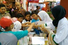 Pengunjung pameran bisa bermain sains di stand Adaro