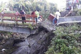 Hujan deras akibatkan jembatan ambruk di Sei Bingai Langkat