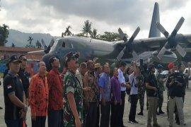 Panglima TNI dan Kapolri saksikan penerjunan prajurit Kostrad di Sentani