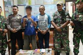 Satgas Pamtas amankan warga Jagoi Babang membawa sabu-sabu