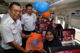 KAI Cirebon bagi bingkisan peringati hari pelanggan nasional