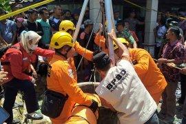 Dua korban tewas di sumur beracun dievakuasi