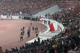 Indonesia versus Malaysia  sempat dihentikan karena ricuh
