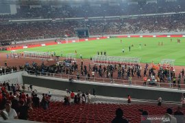 Suporter Malaysia selamatkan diri usai laga versus Indonesia