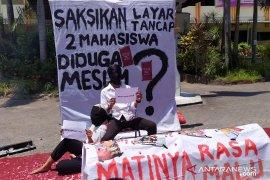 Dituduh Warek berbuat mesum, dua mahasiswa ini protes lewat teatrikal