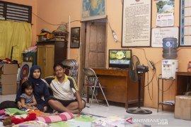 Warga Tinggal Di Ruang Guru Sekolah