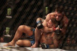 Khabib tundukkan Dustin Poirier untuk pertahankan gelar kelas ringan UFC