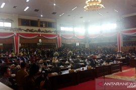 Ruang paripurna dipadati ribuan undangan hadiri pelantikan 55 anggota DPRD terpilih