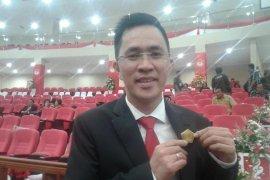 Melky, anggota DPRD Sulut kembalikan pin emas seharga Rp10 juta dan beli pin kuningan Rp75.000