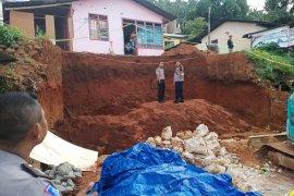 Dua pekerja bangunan tewas tertimbun longsor di Ambon