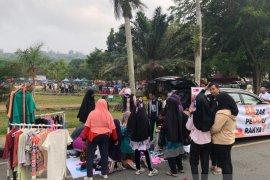 Antusias Dermawan di Bazar Peduli Rakyat