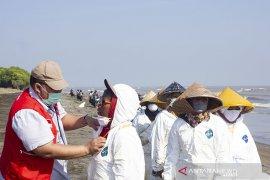 Pemeriksaan Kesehatan Relawan Pembersih Pesisir Pantai Karawang