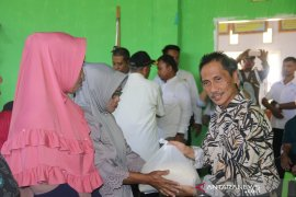 Pemkab Gorontalo serahkan bantuan beras ke korban kekeringan