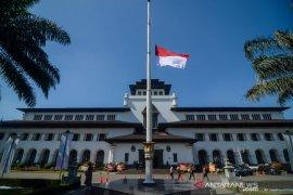 Bendera Setengah Tiang di Gedung Sate
