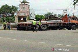 Truk pengangkut tiang listrik kecelakaan di Aceh Utara