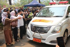 Jenazah dimasukkan ke mobil ambulans, warga: Selamat jalan Pak Habibie