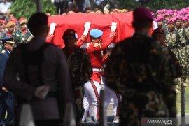 BJ Habibie wafat -  Warga antusias saksikan upacara pelepasan jenazah