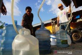 Bantuan air minum bagi penghuni huntara Petobo