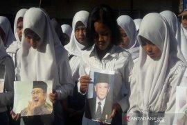 Di Temanggung, pelajar doa bersama untuk B.J. Habibie