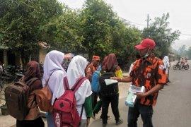PAC PP Marbau bagi masker kepada siswa