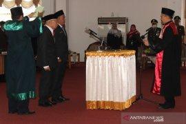 Muchran Bahran dan Husnan resmi dilantik menjadi Anggota DPRD HSS