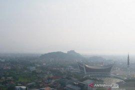 Karhutla Riau - Kabut asap selimuti Kota Padang, masyarakat dianjurkan gunakan masker