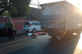 Pengendara sepeda motor tewas setelah jatuh terlindas bus