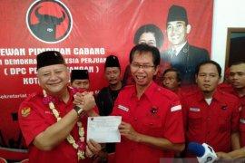 Whisnu Sakti kembalikan formulir pendaftaran Cawali Surabaya di PDIP