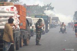 Akibat jalan tertutup kabut asap lalu lintas lumpuh  di Banjarbaru