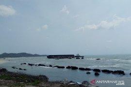 Kapal tongkang terdampar di pantai Kuala Matras Sungailiat