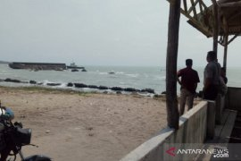 Satu unit Kapal tongkang terdampar di pantai Kuala Sungailiat Bangka