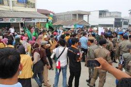 Karhutla Riau - Ratusan mahasiswa demo saat pelantikan anggota DPRD Inhil terpilih