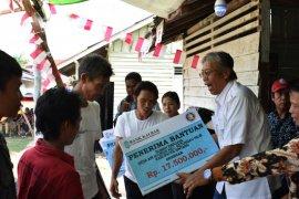 Bupati Sintang serahkan bantuan rehab rumah warga miskin Ketungau