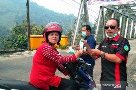 Forum Kabupaten Sehat Solok Selatan bagikan masker
