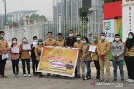 Permahi Pekanbaru bagikan masker sambil desak pencabutan izin korporasi pembakar lahan