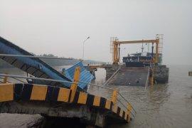 Jembatan ambruk di Pelabuhan Buton Siak, satu tenggelam belum ditemukan