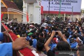 Karhutla Riau - (VIDEO) Demo mahasiswa di kantor gubernur dan Mapolda Riau rusuh