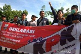 Tolak revisi UU KPK di Makassar Page 1 Small
