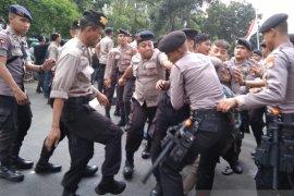 Bentrok, pengunjuk rasa dengan polisi di depan gedung KPK