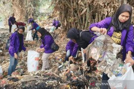 Mahasiswa Unpak Bogor lakukan aksi memungut sampah di Sungai jelang kedatangan Ibu Negara