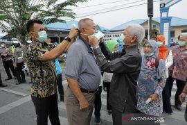 Plt Bupati Asahan bagikan masker  kepada penguna jalan