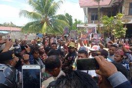 Aksi massa di Manokwari berkumpul di Dewan Adat Papua