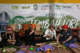 Modulu-dulu penghormatan warga untuk tamu Festival Lembah Lore