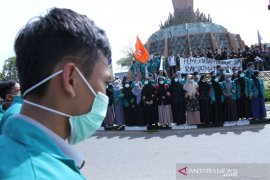 Mahasiswa aksi galang dana gerakan 1.000 masker untuk Riau