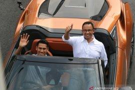 Kisah Gubernur Anies naik mobil listrik disetiri pebalap F2 Sean Gelael